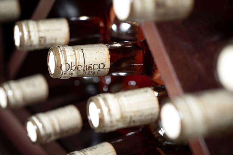 obelisco-cabernet-rose-wine-neck