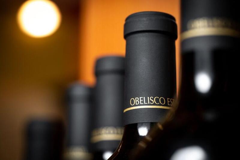 obelisco-red-wine-neck