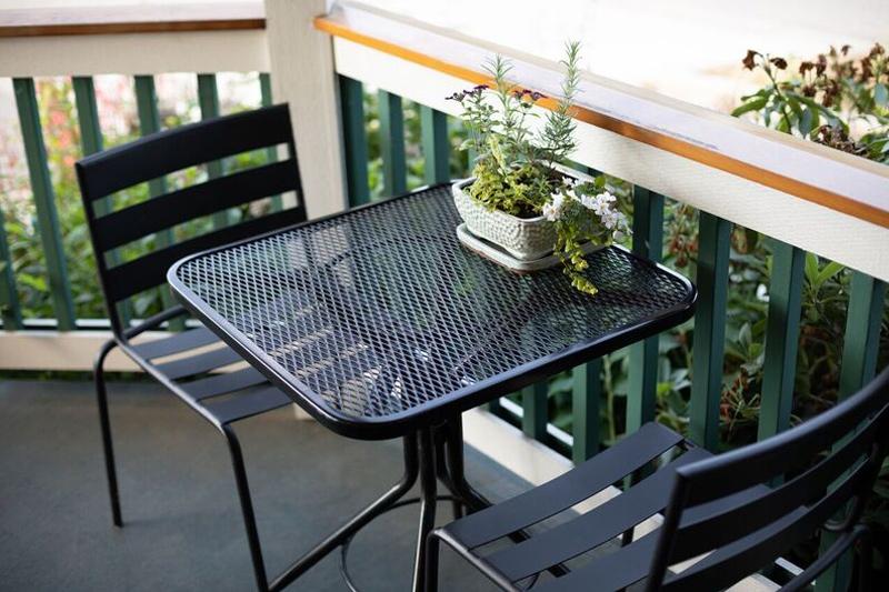 obelisco-tasting-room-outdoor-bistro-table