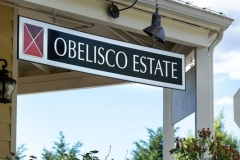 apple-farm-village-obelisco-sign